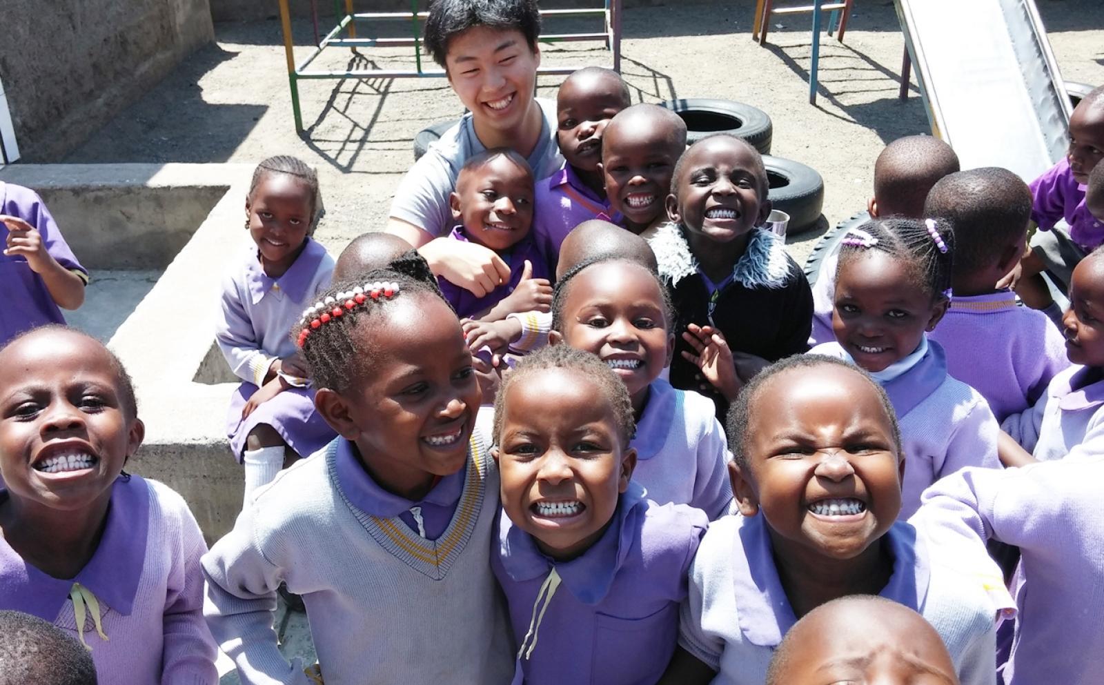アフリカの幼稚園でチャイルドケア活動に貢献する日本人ボランティア
